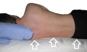 spanie na materacu z poduszką